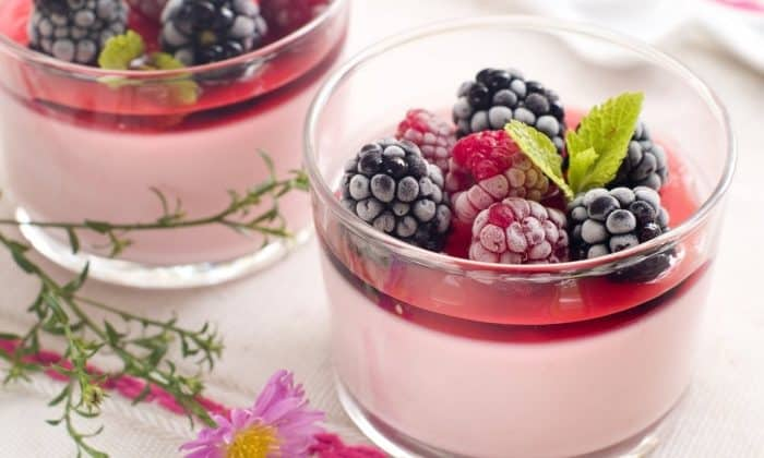 Можно использовать ягодные выжимки как добавки к десертным блюдам, нежирному творогу, пудингам, кефиру или йогурту
