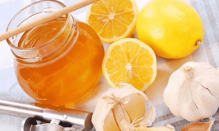 В период выздоровления в домашних условиях применяют лимон с чесноком