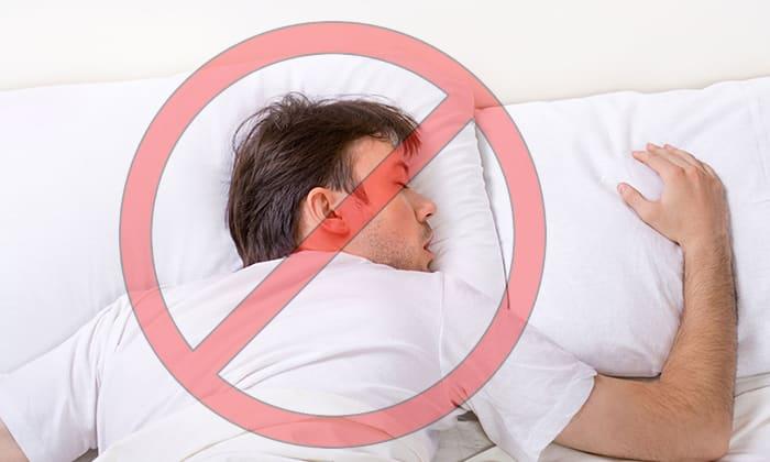 С появлением тошноты и рвоты во время панкреатита не следует выполнять резкие движения, спать на животе