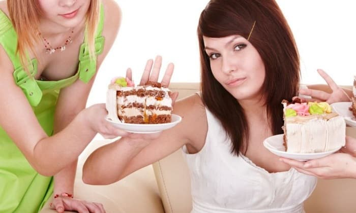 Необходимо исключить из рациона любую еду, которая способна дать нагрузку: сладости, соленья, маринады и т. д