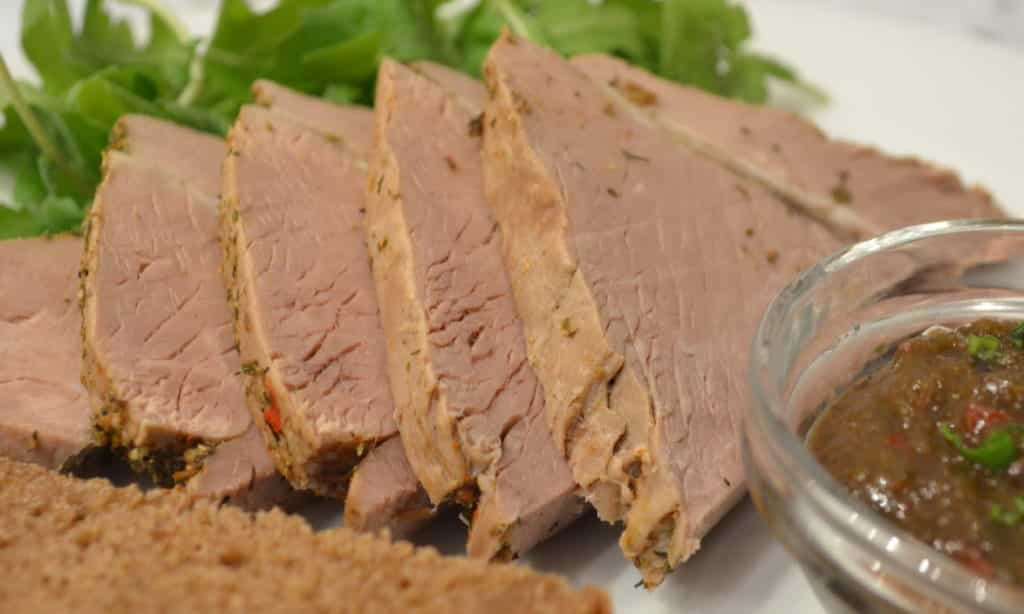 Источниками белка могут выступать диетические виды мяса, индейка или курица, рыба нежирных сортов, молоко или творог обезжиренные