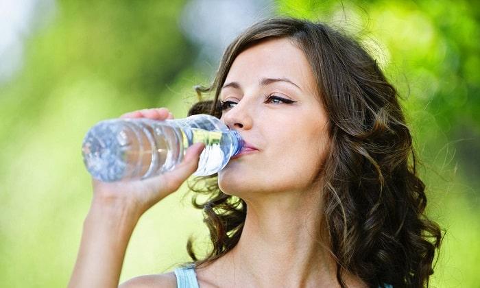 В первые 2 дня после приступа больному показано только обильное питье кипяченой воды и отвара шиповника