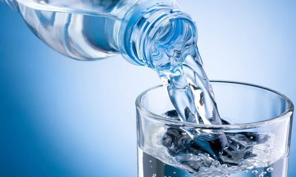 Важно ежедневно выпивать не менее 1,5 л теплой воды, допустимо минеральной, если врач заранее согласовал состав солей и веществ, которые содержатся в ней