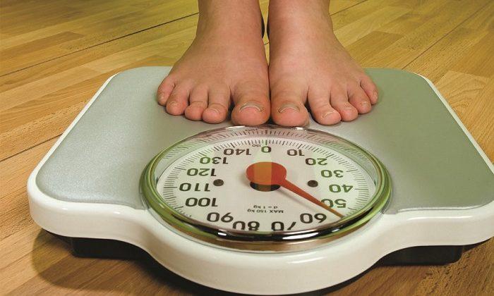 Стремительная потеря массы тела. Связана с прекращением поступления питательных веществ в организм