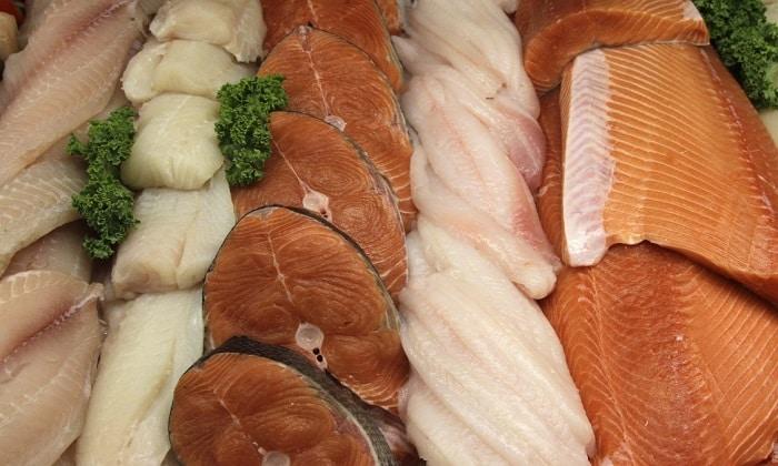Разрешены нежирные сорта рыбы. Из нее готовятся первые (сборная рыбная солянка, уха) или основные блюда (в т.ч. суфле, тефтели, кнели, запеканки с картофелем)