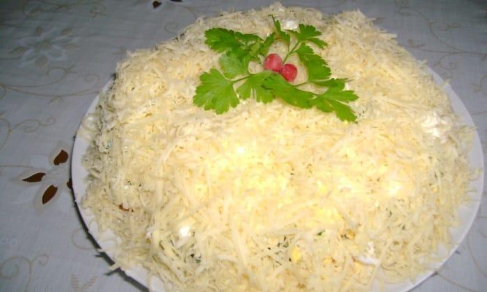 Слоенный салат из куриного мяса смазывается нежирной сметаной или йогуртом