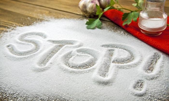 В первые 2 недели болезни исключить соль, а затем ограничить ее употребление