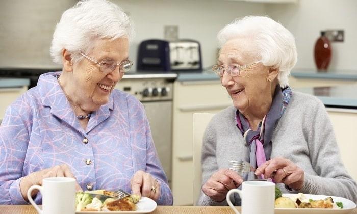 С осторожностью печень можно употреблять людям в пожилом возрасте