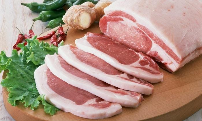 Свинина, даже постная, - самое калорийное мясо, содержит в большом количестве экстрактивные вещества и вкрапления сала