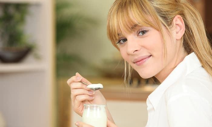 Несмотря на пользу, которую йогурт приносит организму, не стоит превращать его в главный продукт диеты, а лучше принимать в ограниченном количестве с учетом жирности продукта, она не должна превышать 3 %