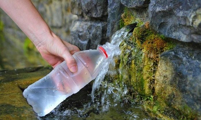 Воду из природных источников следует употреблять с осторожностью, потому что в ней могут быть вредные примеси