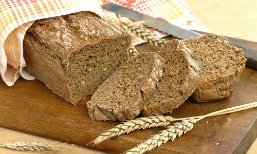 При обострении панкреатита после голодания в меню возвращают подсушенный черный хлеб