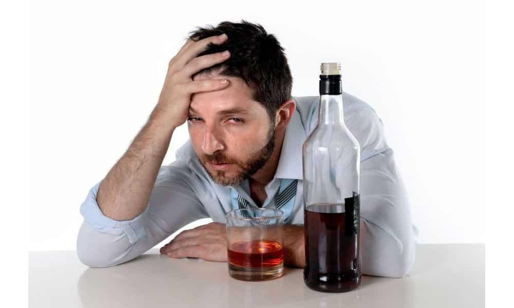 Чрезмерное потребление спиртных напитков и продуктов становится причиной возникновения такой болезни поджелудочной железы, как панкреатит