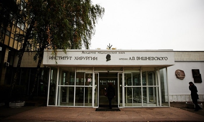 К московским медицинским учреждениям, специализирующимся на лечении злокачественной опухоли железы с использованием новейшего оборудования, следует отнести мединститут им. Вишневского А.В