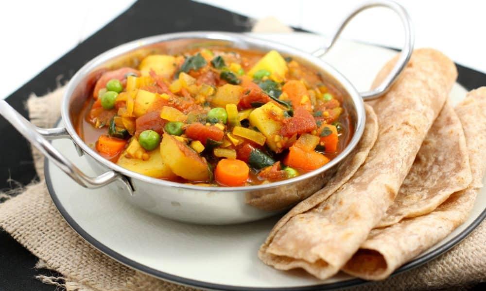 Ужин состоит из парового овощного рагу и нежирного творога, а перед сном можно выпить стакан кефира