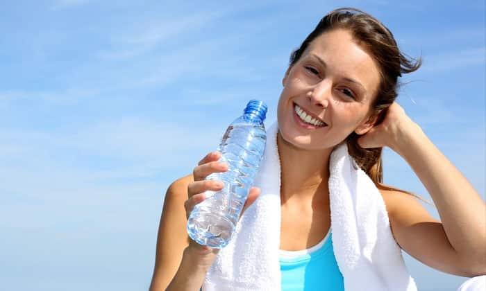 После операции следует соблюдать и правильный питьевой режим. Он позволит поддерживать норму вязкости крови, избавляться от токсинов и предупреждать образование тромбов