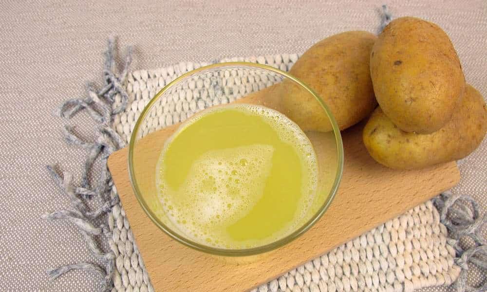 Сок картофеля полезен при болезнях онкологического типа за счет богатого активными веществами состава. Он помогает остановить рост раковых клеток и устранить их