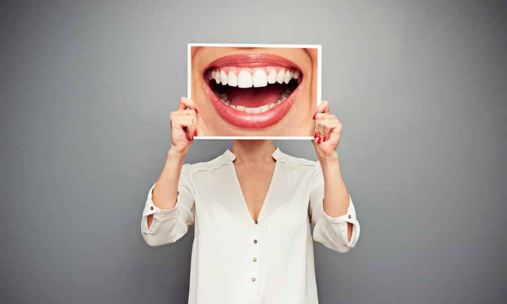 Даже если вы злитесь, старайтесь улыбаться. Но не подавляйте при этом негативное чувство, а трансформируйте его в любовь