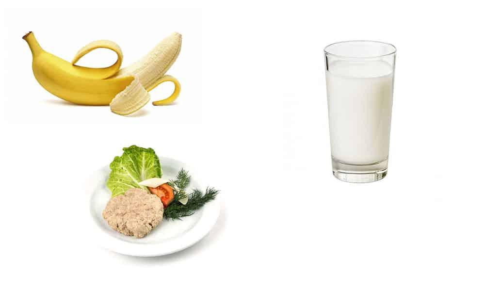 Завтрак легкий - банан и стакан кефира, на второй завтрак готовят паровую котлету с овощным салатом