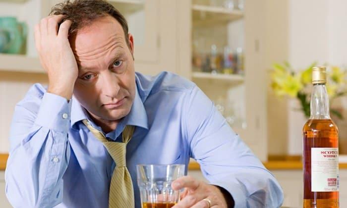 Медикамент назначают с осторожностью в том случае, если пациент страдает алкоголизмом