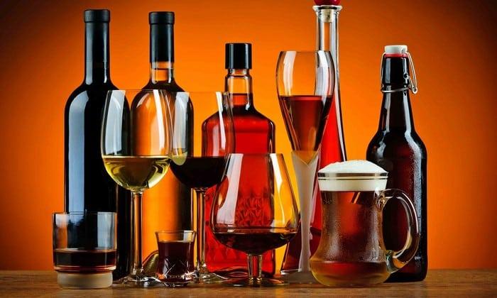 По причине того что спиртосодержащие вещества отрицательно влияют на процесс выздоровления, не рекомендуется во время лечения употреблять такие напитки