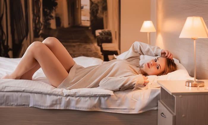 Свеча должна вводиться в горизонтальном положении тела. После завершения манипуляции следует полежать около 30-40 минут