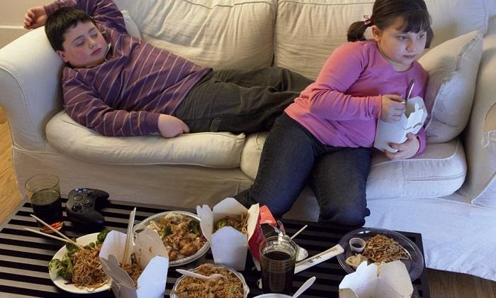 Дети, употребляющие излишне жирную или жареную пищу могут болеть расстройствами ЖКТ