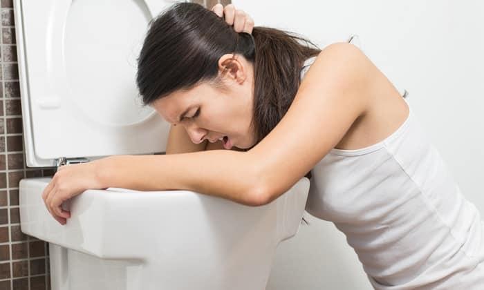 При проведении курса терапии возможна негативная побочная реакция организма больного - рвота