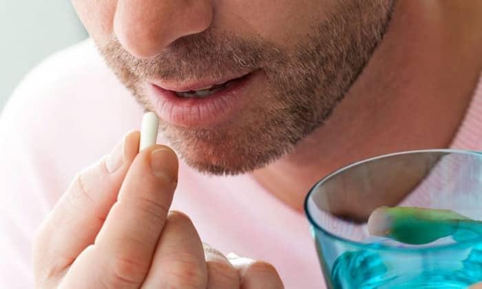 Оба препарата предназначены для приема внутрь. Во время еды или сразу после нее, запивая водой, проглатывают целиком по 1-2 табл./драже трижды в сутки