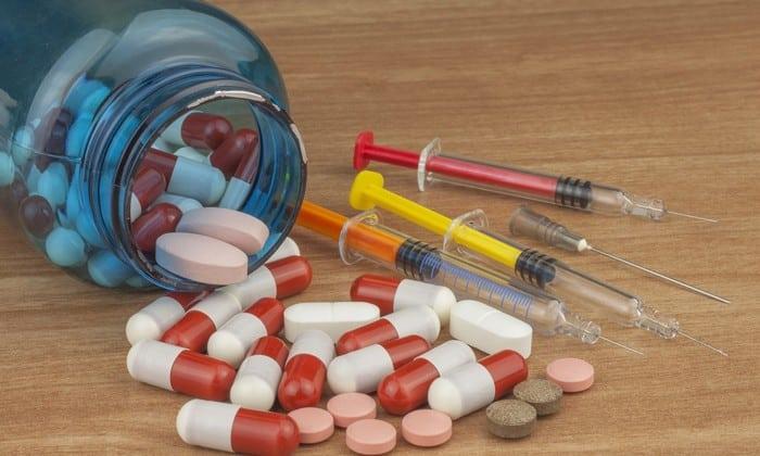 Все анаболики усиливают выраженность действия медикамента, тогда как глюкокортикостероиды при одновременном приеме с препаратом провоцируют его накопление в тканях