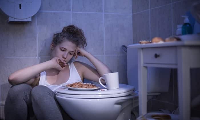 Медикамент показан для устранения тошноты на фоне переедания