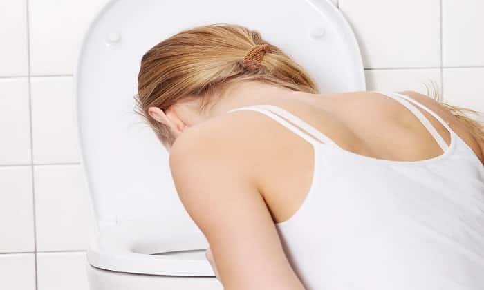 Один из симптомов передозировки препаратом — тошнота
