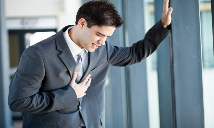 С большой осторожностью Фосфалюгель стоит принимать людям с сердечной недостаточностью