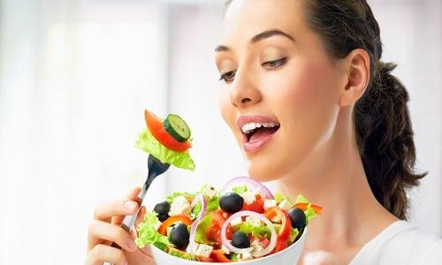 При язве желудка таблетки рассасывают за полчаса до еды, чтобы предотвратить болезненность при эпигастрии — через час после трапезы