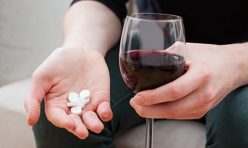 Если сочетать капсулы со спиртными напитками, то их терапевтический эффект может существенно снизиться вплоть до полного исчезновения