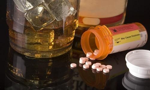 Одновременный прием любого алкогольного напитка и лекарственного препарата запрещено