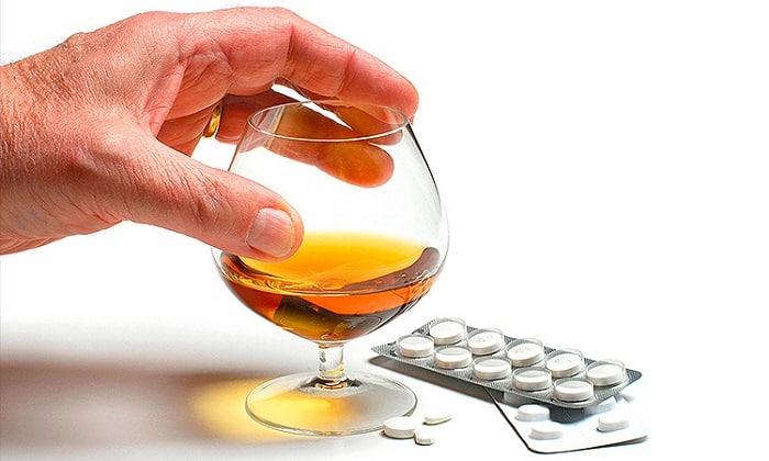 Медикамент не совместим с алкоголем и может спровоцировать ряд побочных эффектов при одновременном приеме с этанолом