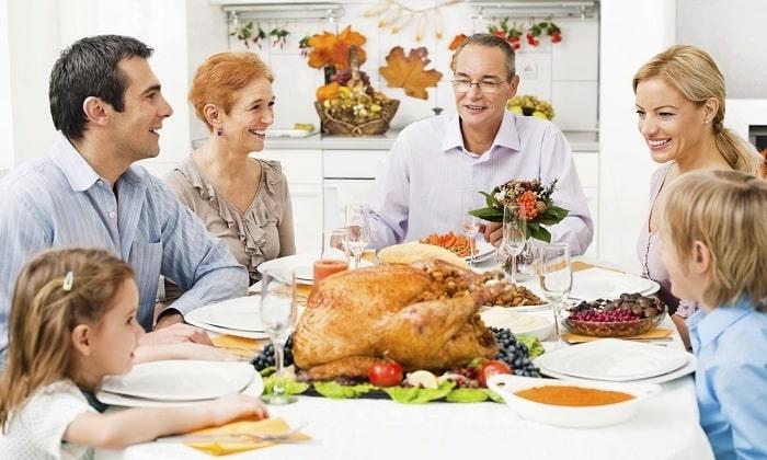 После праздничных застолий средство помогает быстро устранить симптомы переедания и облегчить процесс пищеварения