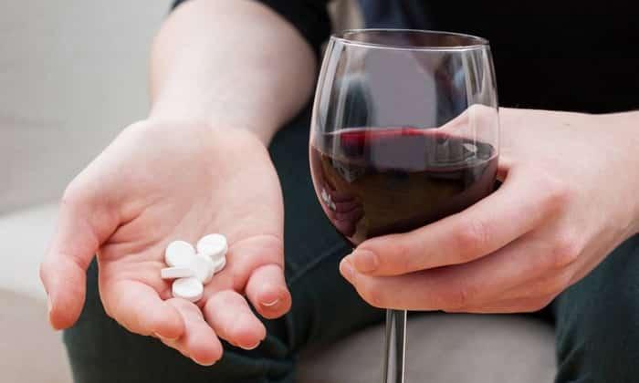 Нежелательно совмещать лекарство со спиртными напитками