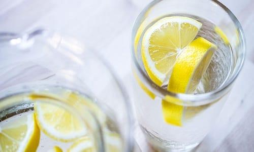 Драже не следует разжевывать. Медикамент разрешается запивать щелочной жидкостью, но не водой или соком