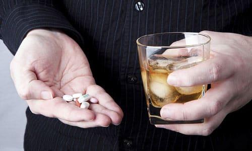 Принимать препарат вместе со спиртными напитками не рекомендуется, т.к. это окажет двойную нагрузку на печень