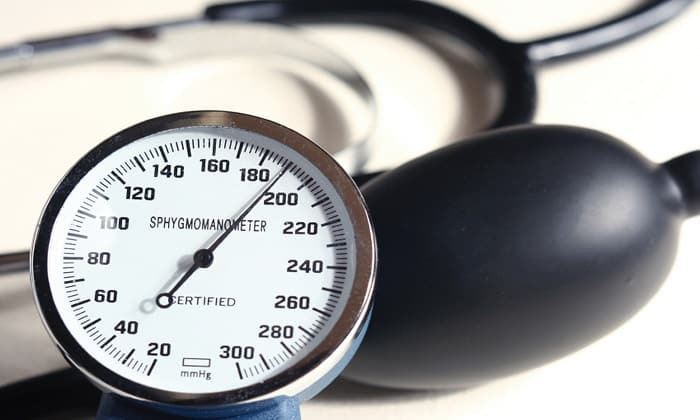 Аминометилбензойная кислота иногда вызывает ортостатическое снижение артериального давления